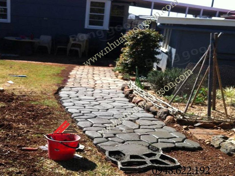 lối đi được làm từ khuôn gạch sân vườn