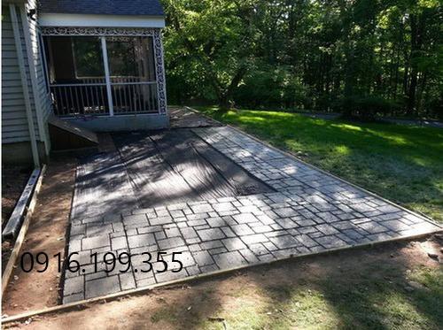 Khoảng sân được tạo từ khuôn làm gạch sân vườn